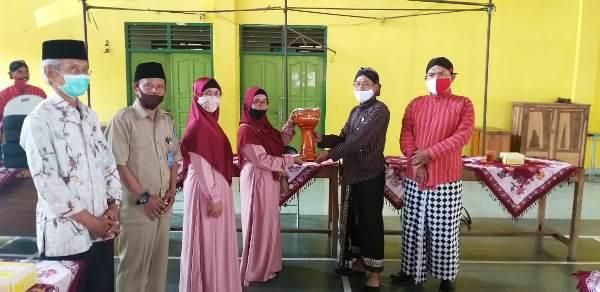 Penjabat Kepala Desa Caturtunggal Serahkan Bantuan Satu Set Peralatan Hadroh Kepada Kelompok Hadroh Nurul Hasanah Padukuhan Karanggayam